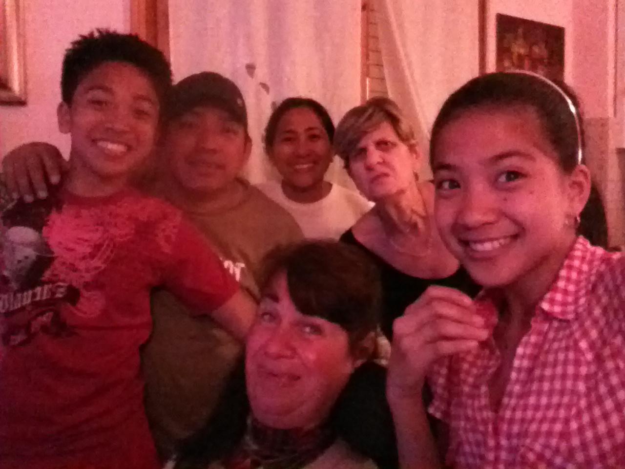 """Rossana (al centro) assieme alla famiglia filippina che ha """"adottato"""", e sua madre (con la maglia scura)."""