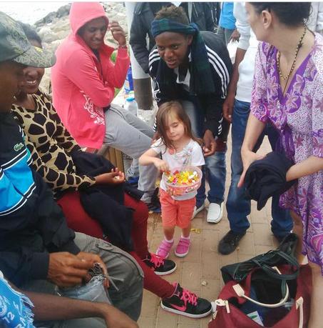 Ventimiglia - La bambina che distribuisce caramelle ai migranti