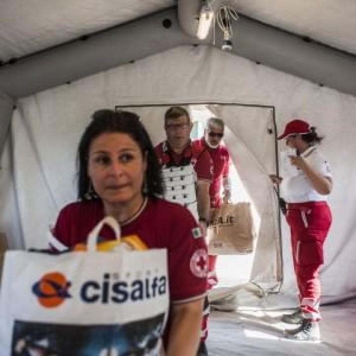 Tiburtina, solidarietà no stop dei romani: abiti, giochi e cibo per i migranti della tendopoli