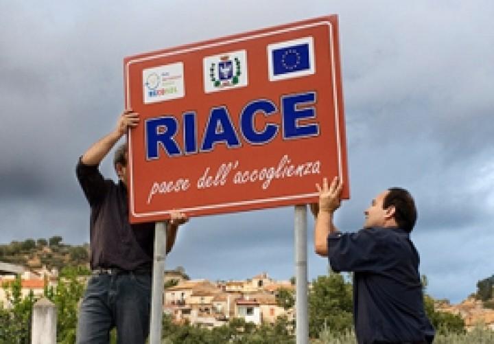 L'esempio virtuoso di Riace: «Qui i migranti hanno risollevato l'economia»