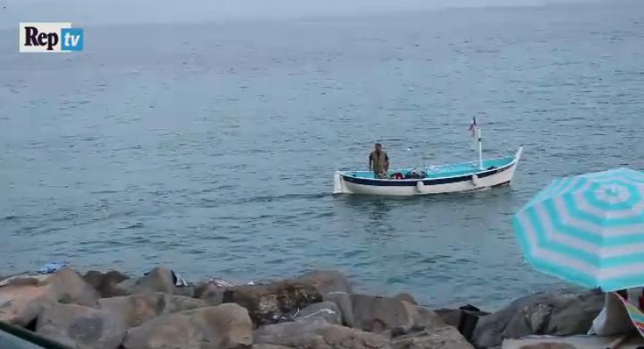 Ventimiglia, pescatore dalla barca regala soldi a un migrante