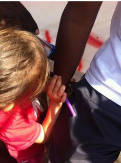 La bambina che regalava caramelle a Ventimiglia ora disegna le braccia ai migranti fermi al confine