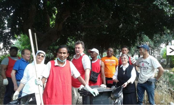 Reggio, il nobile gesto degli immigrati sbarcati al porto: puliscono la città per ricambiare l'accoglienza